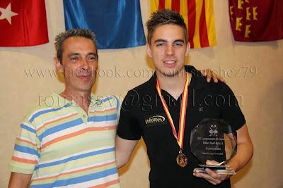 Fran Sánchez (derecha), junto a su padre, tras proclamarse campeón nacional de bola-8 2013.