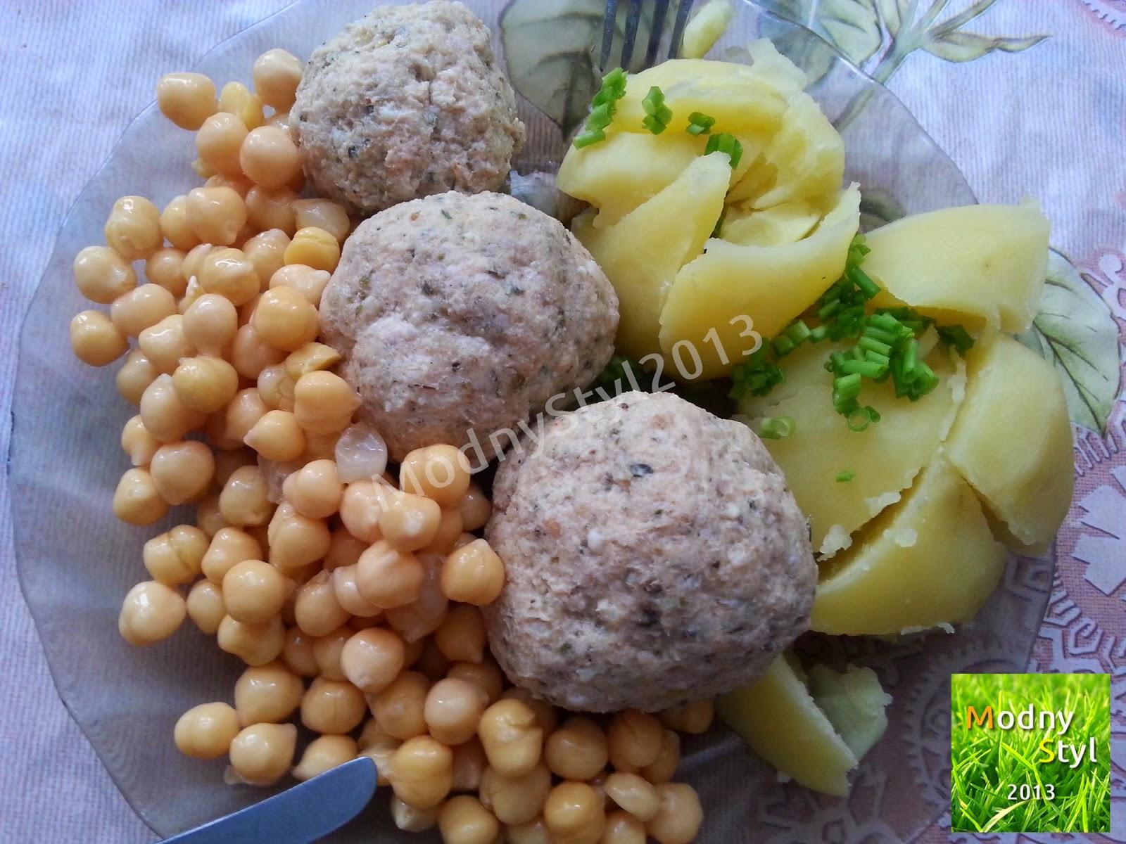 Klopsy z indyka i sera z cieciorką oraz ziemniakami i szczypiorkiem.