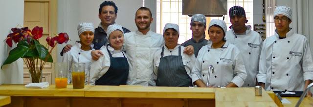 Charlie Otero y su equipo en la cocina abierta de La Escuela.