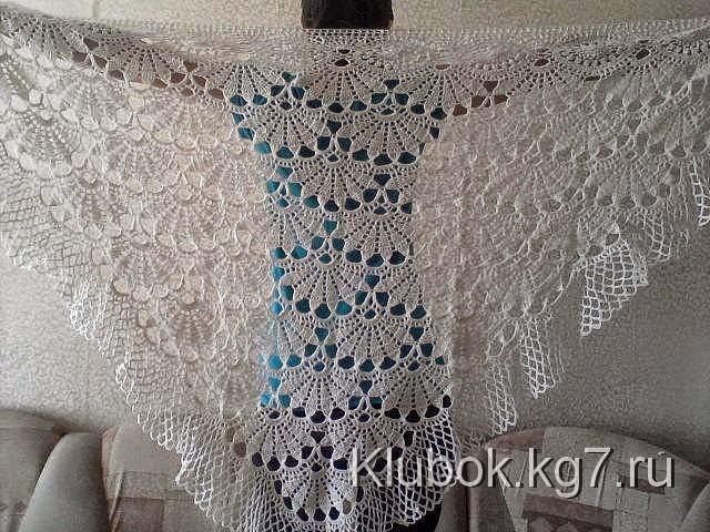 Mantón con diseño de abanicos al crochet