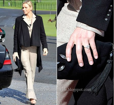 Шарлийн Уитсток със стилно черно палто