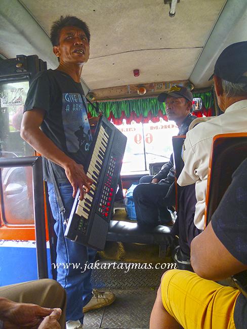 Cantante con piano en el autobús Metro-Mini de Yakarta