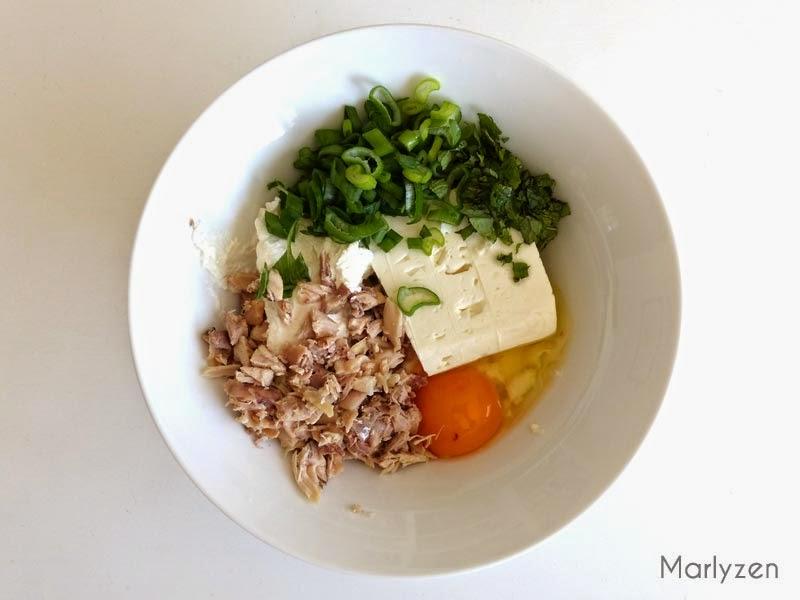 Mélangez les fromages, oignon, menthe, poulet, oeuf.