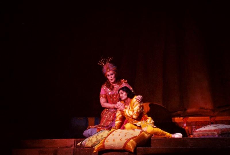 Joan Sutherland (Sita), Ron Stevens (Alim) in Massenet's La Roi de Lahore, 1977 © Stewart Reif