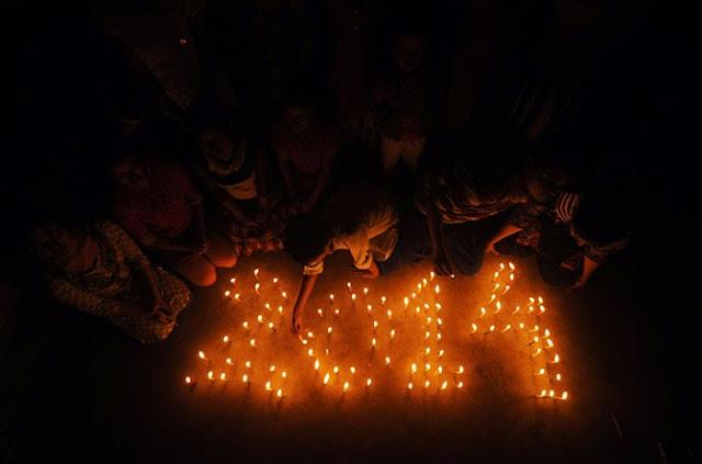 Индийские школьники зажигают огни в городе Агартала.