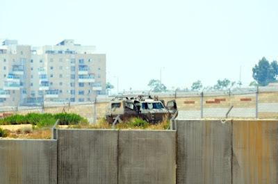 Tropas de ocupação israelense se posicionam para atacar a marcha