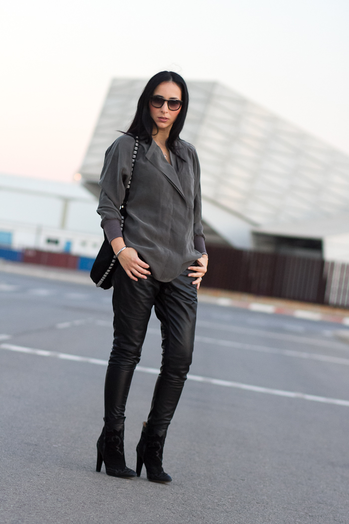 Outfit Spanish Fashion Blogger Withorwithoutshoes styling Muubaa leather trousers in black with asymmmetrical blouse