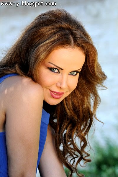 صور رولا سعد Rola Saad - فستان أزرق على مجلة لها
