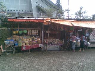 pasar di sekitar telaga
