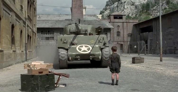 Giosuè devant le char d'assaut à la fin de La Vie est belle, de Roberto Begnini (1997)