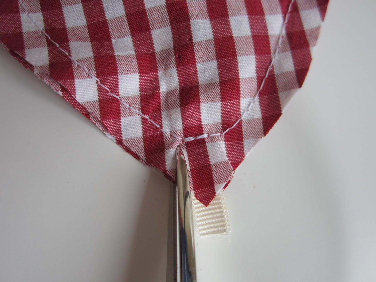 mis nancys, mis peques y yo, tutorial DIY adornos Navidad, hacer piquetes laterales cinta