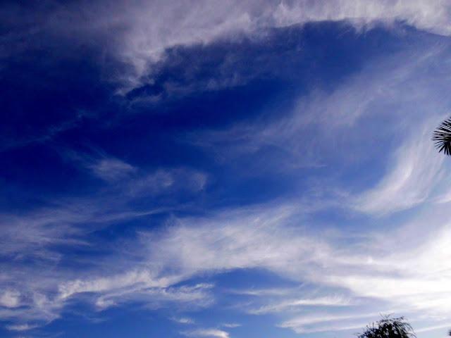 Volviendo la Mirada al Cielo, nubes que parecen olas, cielo azul, maravilloso cielo