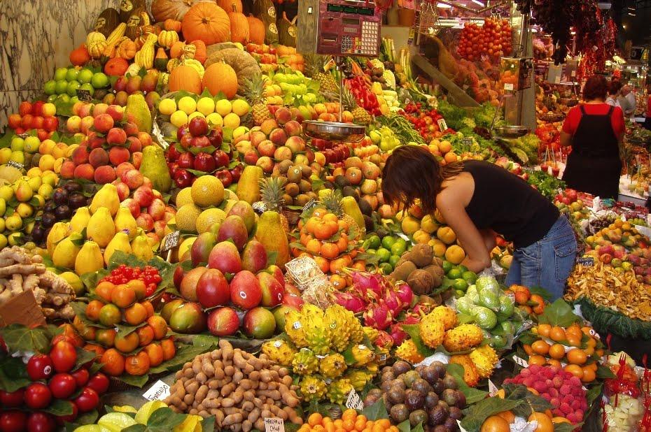 Puesto de frutas de todo el mundo en un Mercado vegetariano de Barcelona, España.