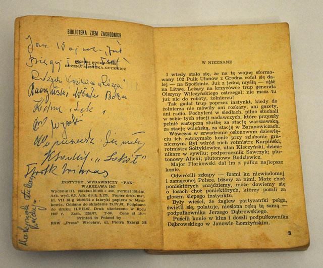 Uczestnik spotkania p. Jerzy Zdral pokazał książkę Melchiora Wańkowicza Hubalczycy (III wydanie PAX z 1967 r.) z zebranymi autografami członków oddziału majora Hubala. Końskie, 25 października 2011 r.