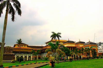 http://gallery-wisata.blogspot.com/2015/05/panduan-wisata-medandanau-toba-dan-istana-maimun.html