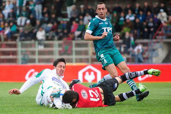 Santiago Wanderers goalkeeper Mauricio Viana clashes with Audax Italiano player Omar Zalazar