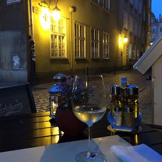 Näkymä kadulle Mon Balzacin terassilta