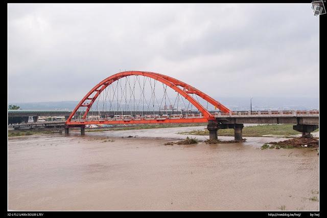 2013-07-13 蘇利颱風侵襲南投 綠美橋還好很平安!只是水淹的好高喔!