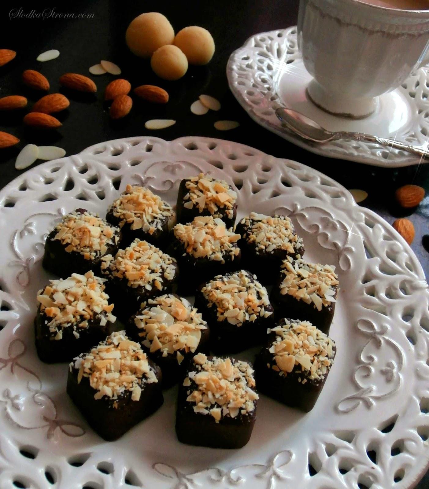 """Czekoladki - mało kto ich nie lubi, a pojęcie """"domowe czekoladki"""" brzmi niezwykle zachęcająco i myślę, że nawet antyfani pralinek się nimi skuszą.   Pojęcie """"domowe"""" czekoladki z """"domowym"""" marcepanem brzmi jeszcze dumniej co sprawia, że tym bardziej nie sposób im się oprzeć.  Gorzka czekolada, której serce stanowi marcepan, a wierzch zdobią pokruszone migdały to połączenie niemal idealne i przede wszystkim reprezentujące świąteczne smaki - czekoladki znakomite na Boże Narodzenie. czekoladki z marcepaem, czekoladki z marcepanem przepis, czekoladki marcepanowe, marcepan jak zrobic, marcepan przepis, czekoladki marcepanowe, czekolada z marcepanem, świeta, Boże Narodzenie, boze narodzenie przepisy, boze narodzenie, slodka strona, czekoladki z nutella przepis, domowe czekoladki, jak zrobic czekoladki, jak samemu zrobic czekoladki, jak samodzielnie zrobic czekoladki, jak zrobic pralinki, domowe pralinki, domowe pralinki przepis, desery z nutella, nutella, deser z nutella, czekolada nutella, orzechy laskowe, czekoladki, bombonierka, serduszka walentynki, forma do czekoladek, silikonowa forma do czekoladek, słodka strona"""