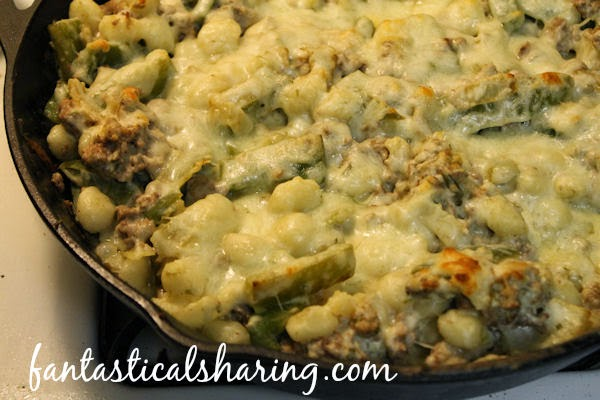 Philly Cheeseburger Gnocchi Bake | A fantastic hearty gnocchi-filled Philly cheesesteak meal cooked in a cast iron skillet to perfection #recipe #castiron