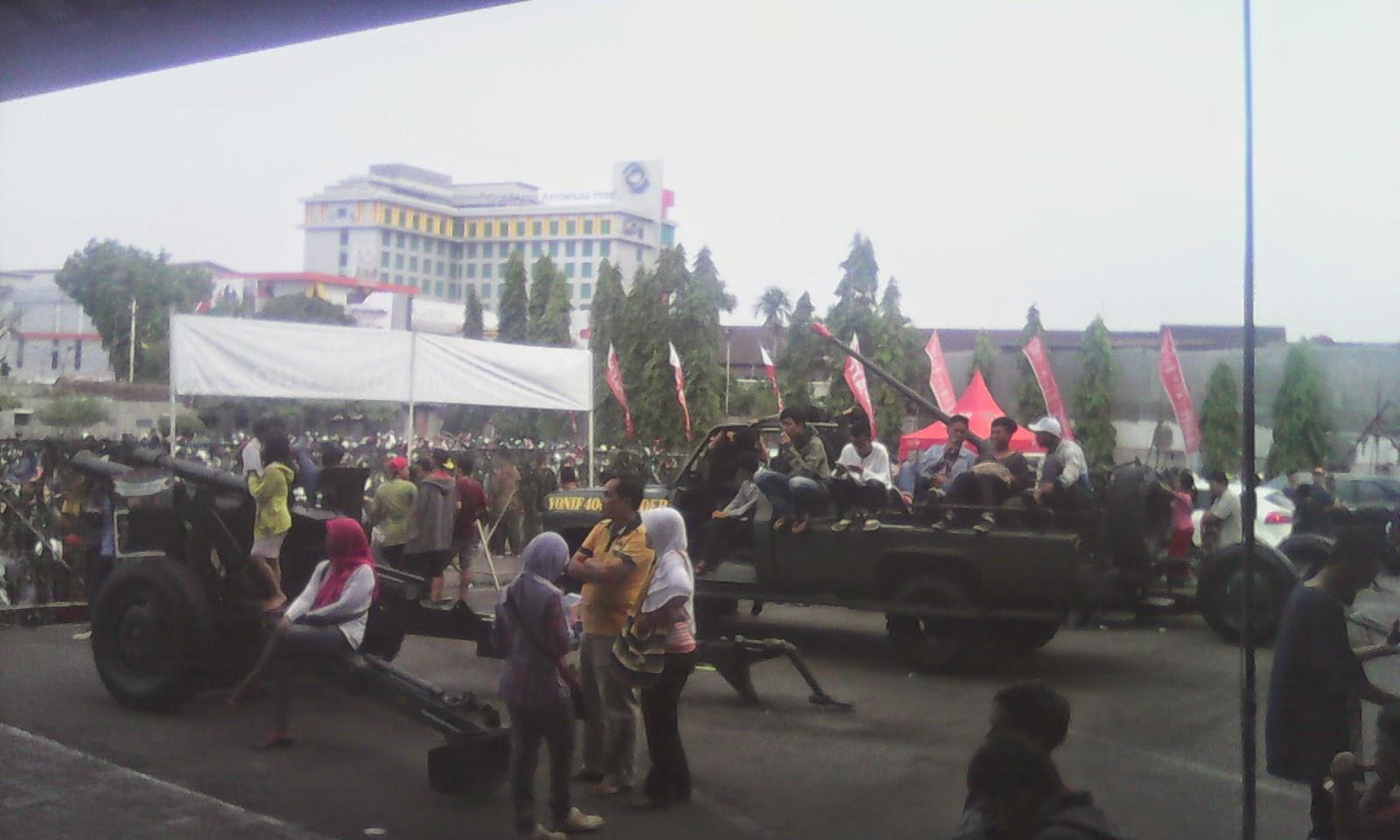 Meriam dan panser di stand militer Pekan raya Magelang 2014