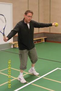 Tennisvalmentaja Olavi Lehto yhteisten aikataulujen mukaan junnu- ja aikuistennistä