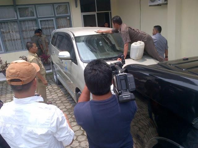Aksi Massa PMII Semakin Panas, Mobil Dinas Bupati Kerinci Dilempari Telur Ayam