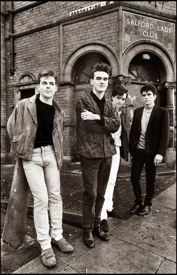 The Smiths de pie en la famosa foto de Stephen Wright en 1985 frente al Salford Lads