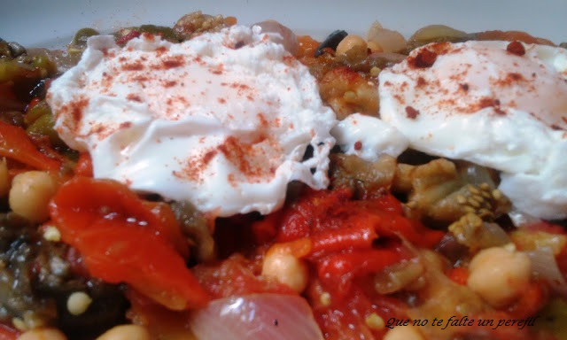 ensalada_garbanzos_verduras_huevos_escalfados