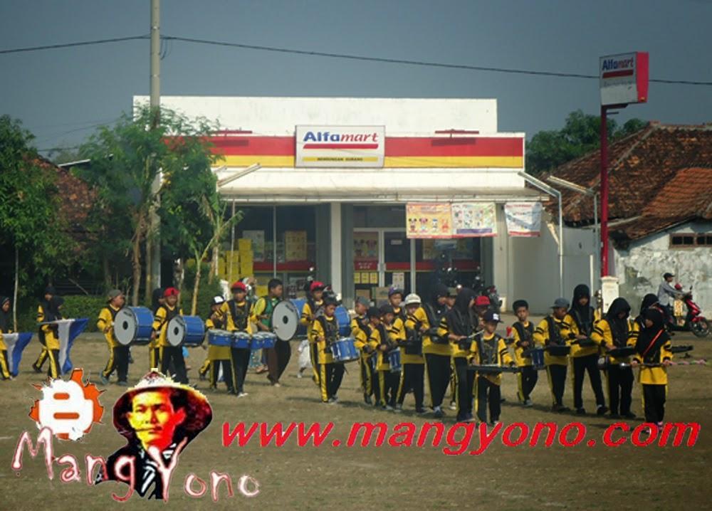 Marching band dari sekolah MI Bendungan, berkeliling Alun - alun kecamatan Pagaden Barat.