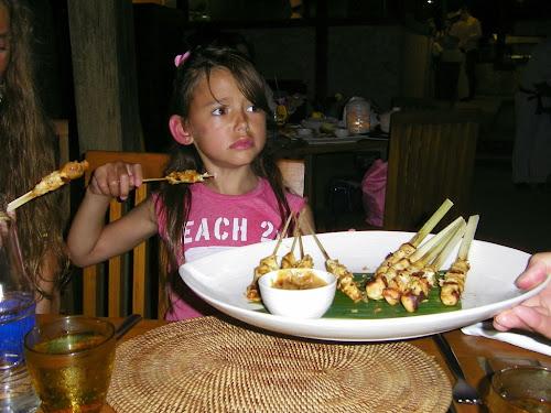 juste pour le fun ce nest pas la photo du siècle mais je ladore et je trouve quelle correspond assez bien au thème!! ma nièce entrain de voir senvoler son plat favori indonésien...no comment la photo parle delle même !! oh my precious is gone!!