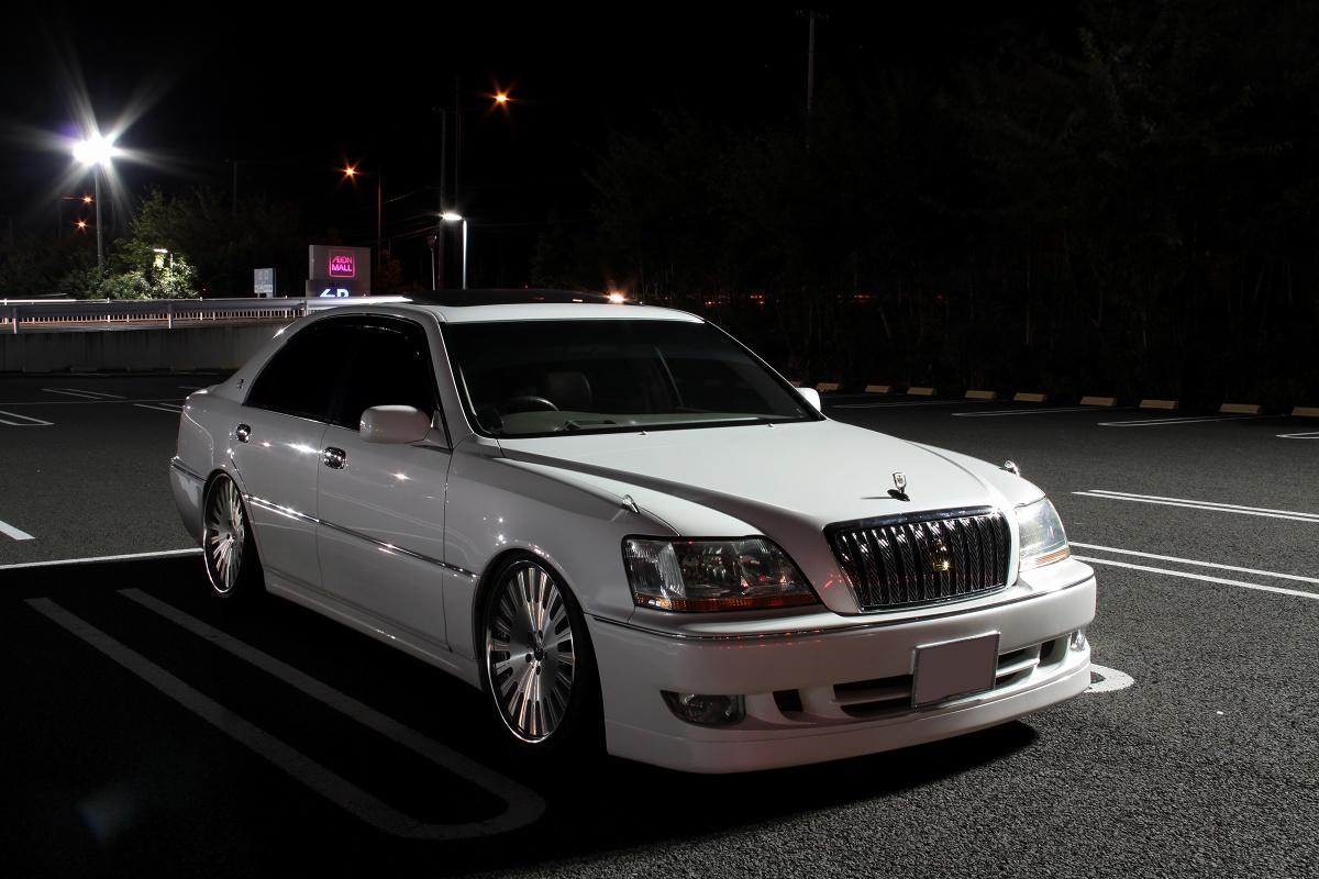 luksusowy sedan, japońska motoryzacja, silnik V8, prestiżowy, Toyota Crown Majesta S170, napęd na tył, miasto nocą, nocna fotografia