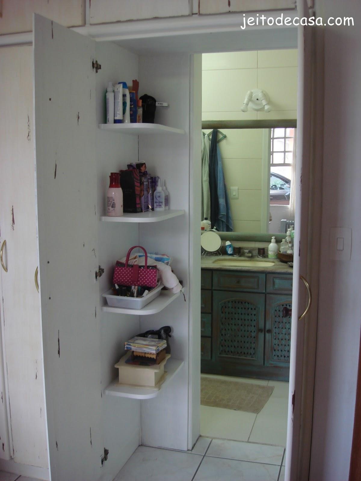 Nesta parte da passagem pra o banheiro do quarto tive que pintar a  #6E7754 1200x1600 Banheiro Antigo O Que Fazer