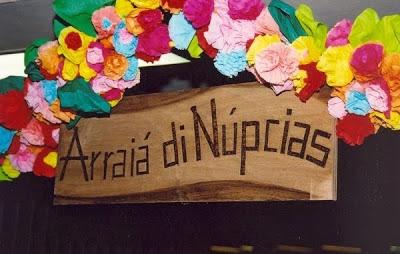 placa arraiá de núpcias flores de papel crepom casamento julino junino
