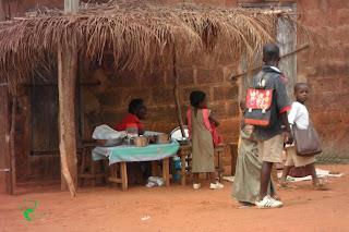 Bancarelle per mangiare fuori dalla scuola di Noepé, Togo, Africa