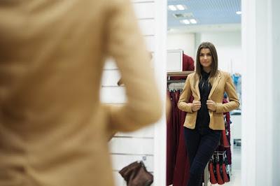 كيف تعرف أن الـمرآة تكشف ماوراءها في غرفة تبديل الملابس ؟