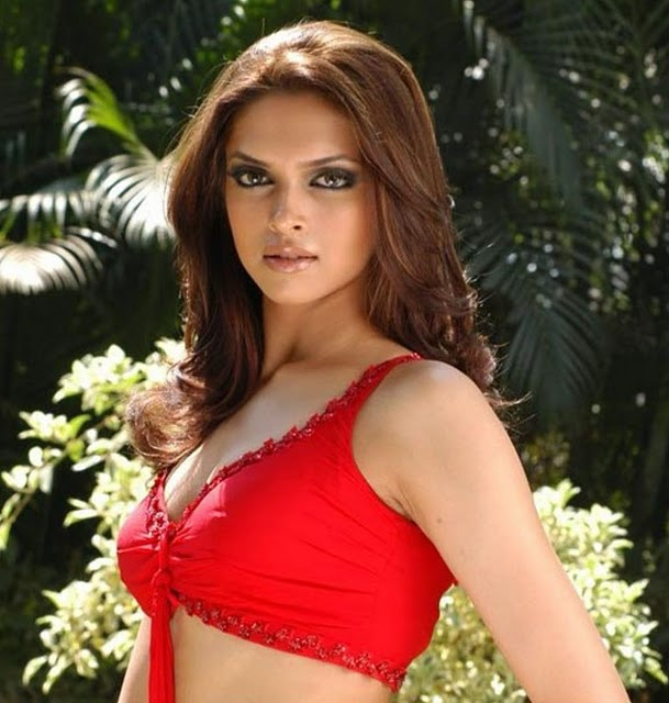 hot celebrities pics-bollywood hot actresses Deepika Padukone looking sex bomb in sexy pics and photos