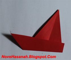 origami lipat sisi bawah origami ke arah atas. Tingginya sekitar bekas lipatan sebelumnya. Lipat sedikit miring, maka akan didapatkan sebuah badan perahu layar dengan ujung yang lancip.