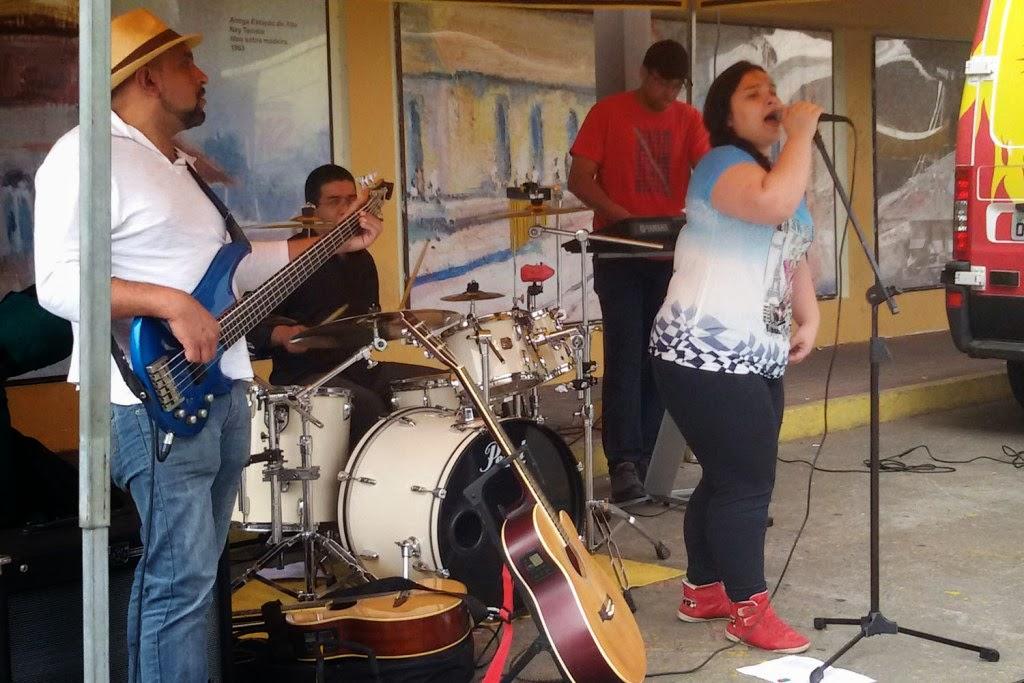 Banda Comadre Dávilla toca ao vivo