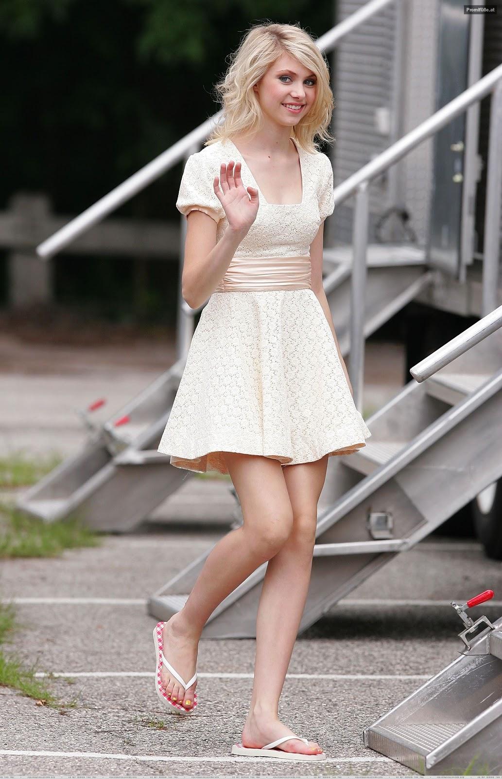 http://2.bp.blogspot.com/-t7ApYFLUSwY/T56lrCDtoVI/AAAAAAAADc0/aXHCzo5mqbk/s1600/Taylor-Momsen-Feet-2.jpg