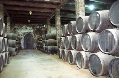 Dentro del proceso de elaboración del vino, la crianza tiene lugar en la bodega