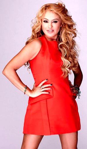 Paulina Rubio con una ligera sonrisa