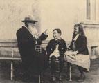 León Tolstoi relata un cuento sobre el pepino a sus nietos, 1909 (81)