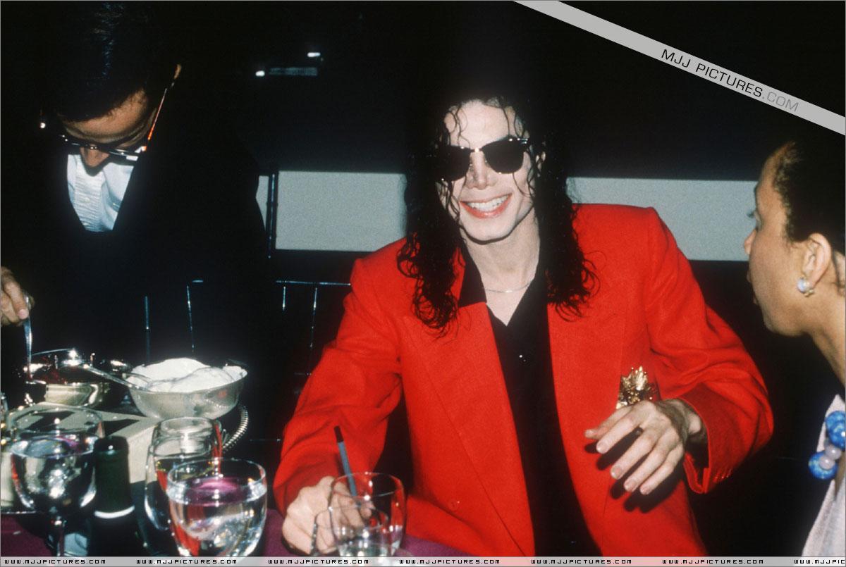 http://2.bp.blogspot.com/-t8Y4mbt2ubQ/T8E79rFqE1I/AAAAAAAAHak/XPNv6OBxCIE/s1600/michael_jackson_tavern_june_1992+(2).jpg