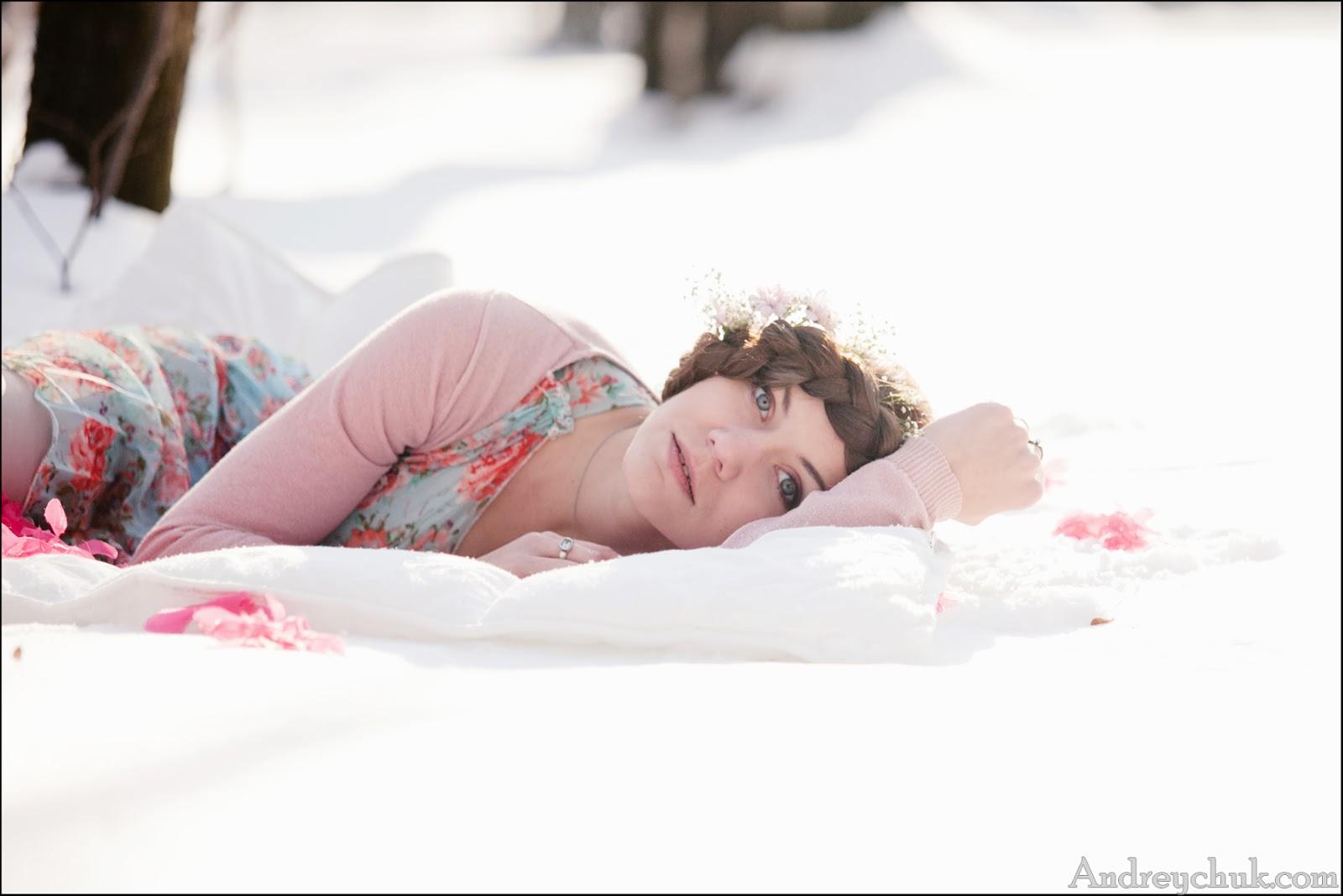 весеннее фото молодой девушки на снегу, лиричное настроение