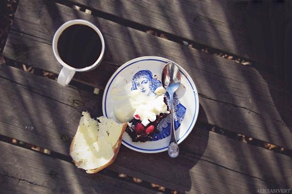 aliciasivert, alicia sivertsson, cake, cream, chocolate cake, fika, trekaffe, fika, kaffe, tårta, kaka, grädde, vispgrädde, ostmacka, macka, smörgås, chokladkaka