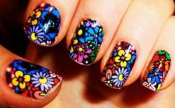 Diseño de uñas con flores coloridas