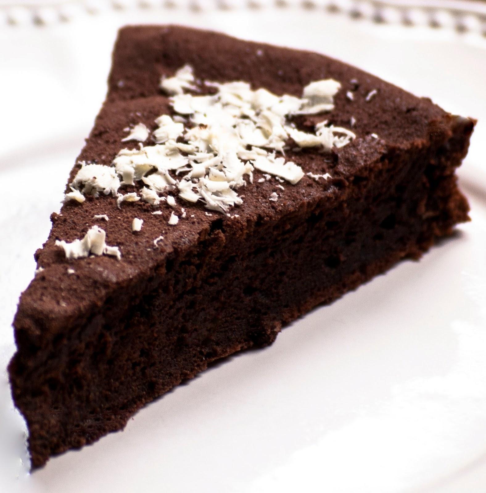 Fondant au chocolat noir corsé et ses flocons de chocolat blanc