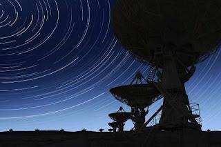 Há décadas os cientistas tentam localizar formas de vida extraterrenas mandando sinais via rádio. Em 2004, eles observaram um sinal de rádio não identificado que fica cada vez mais forte, sugerindo que há seres tentando entrar em contato conosco.