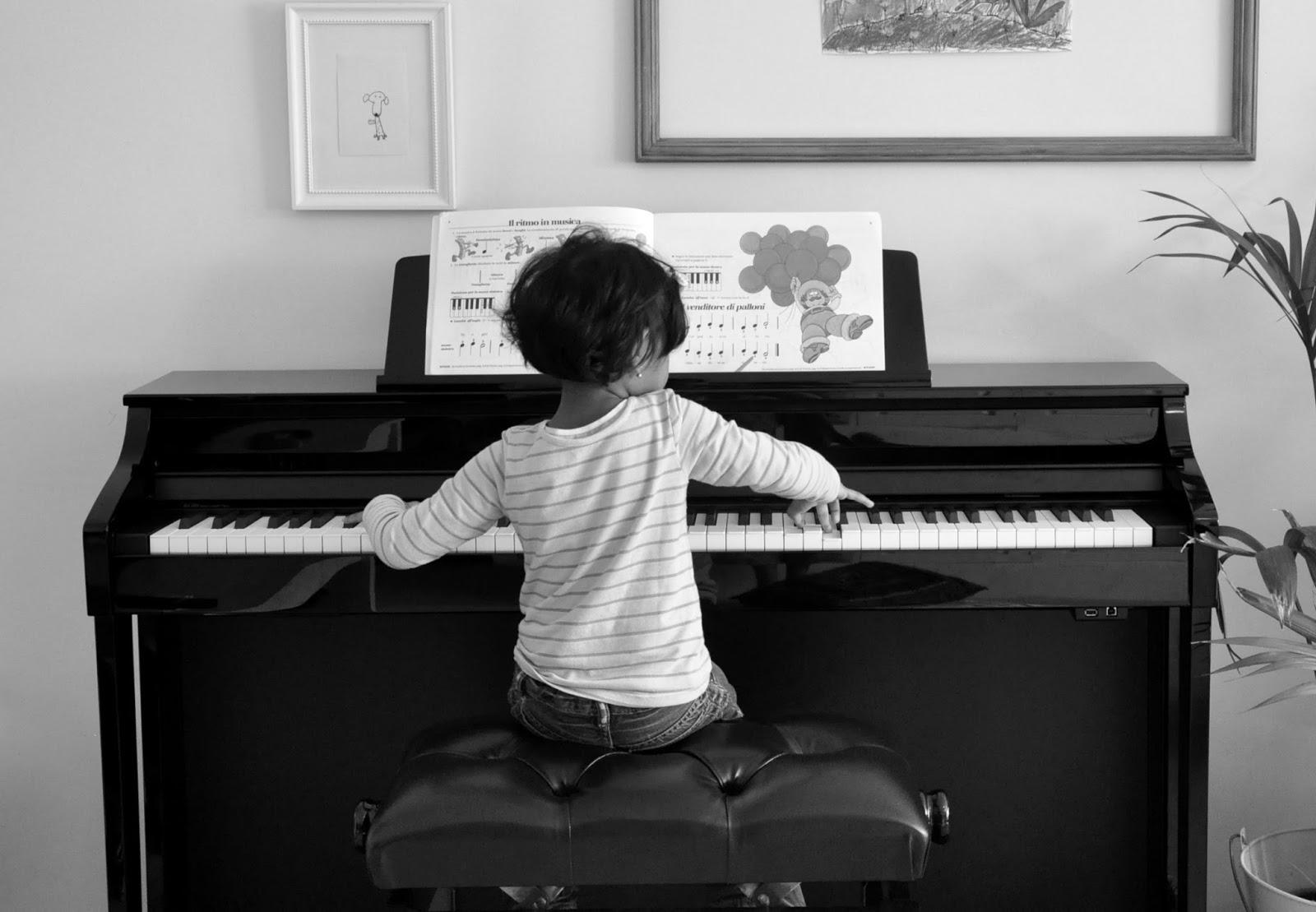 girl playing piano - HD1600×1109